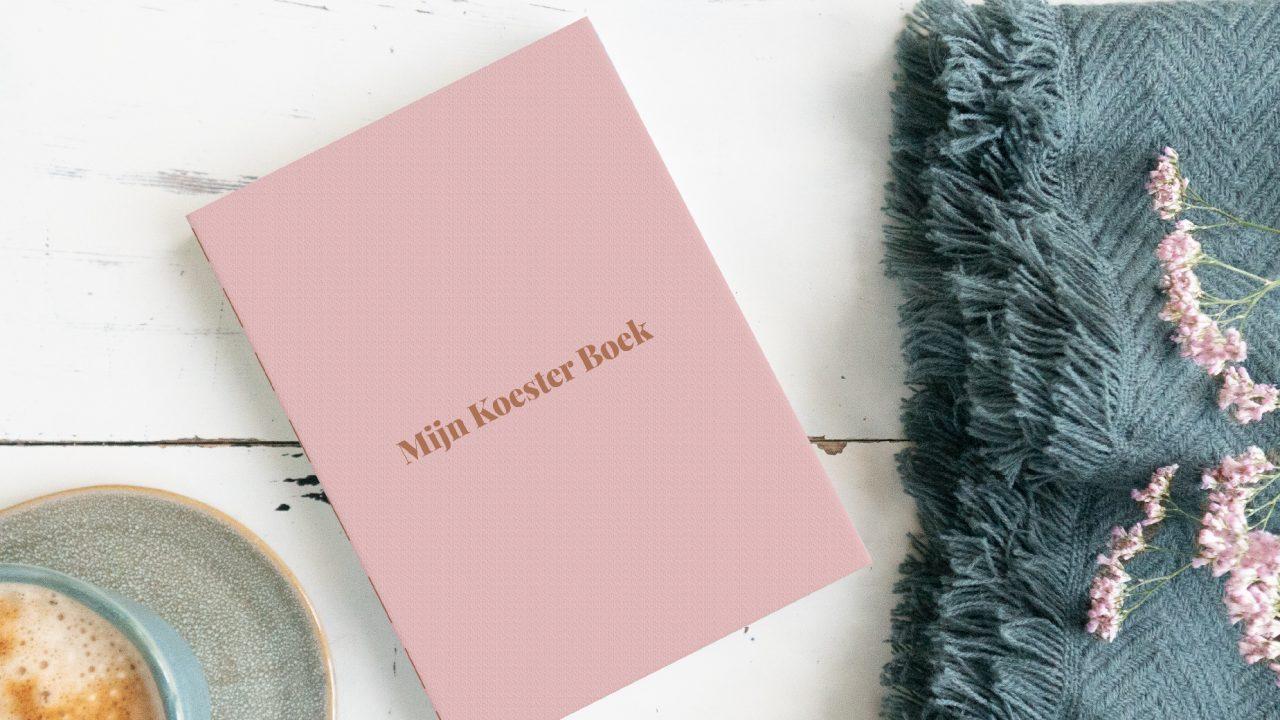 Foto van mijn koester boek met een kopje koffie en een plaid daarnaast