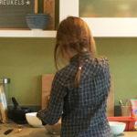 foto van een kind aan het koken in de keuken